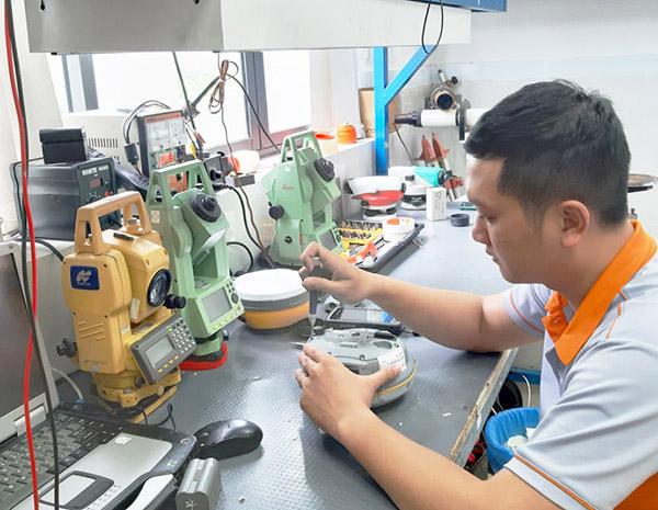 Nhân viên kỹ thuật phụ trách kiểm tra, sửa chữa bảo hành thiết bị cho khách hàng